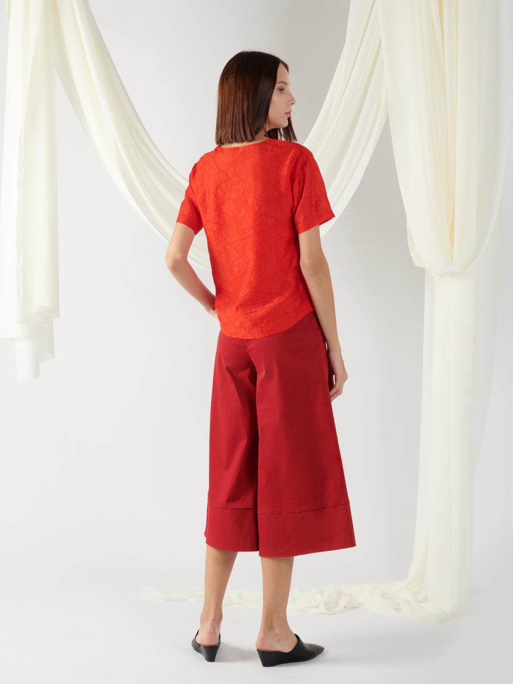 textured top with curved hem in red